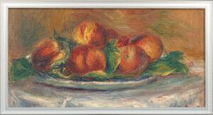 Brzoskwinie na talerzu, na jasnym obrusie. Tło obrazu w kolorze brzoskwiń.